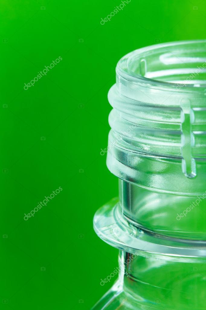 Bottiglia Di Plastica Su Uno Sfondo Verde Foto Stock Aninna
