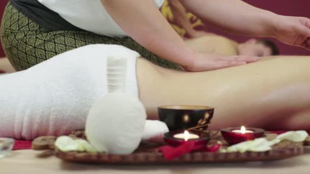 Terapeuta sta massaggiando una giovane ragazza