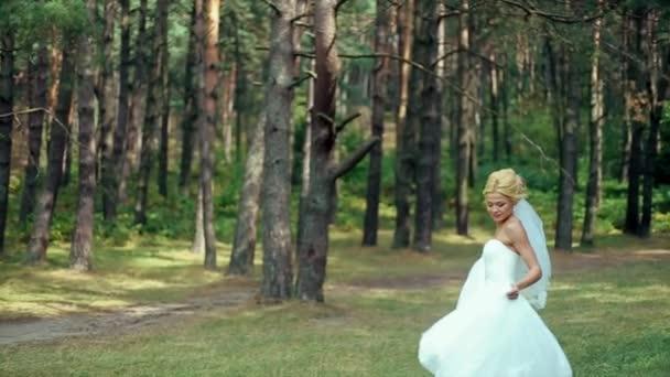 Felice sposa bionda gira sorridente alla macchina fotografica