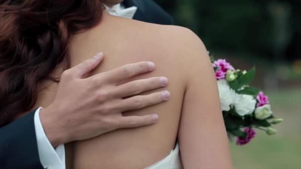Governi la sposa pacche sulla schiena