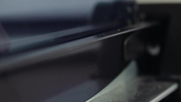 Carta di taglio di persona su una ghigliottina