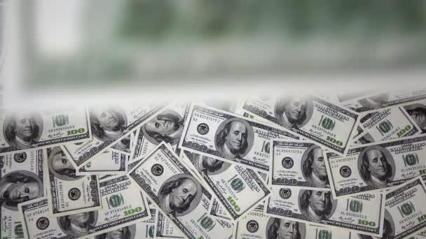 sto dolarové bankovky spadají vzduchem