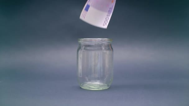 Nő hozza Euro 500 egy pohárba jar