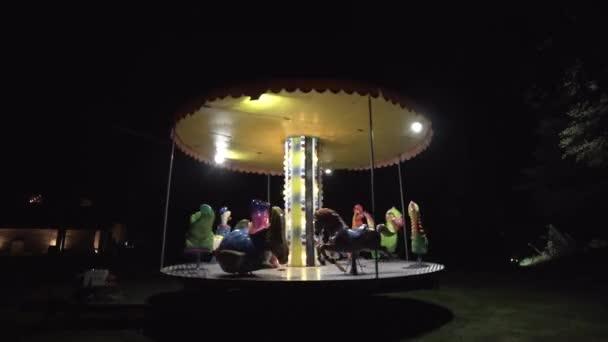 Kolotoč pro děti v parku