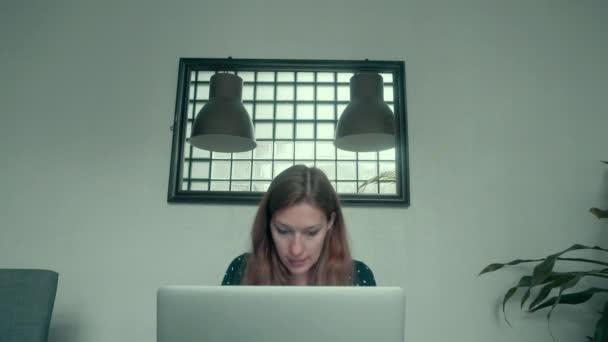 a hordozható számítógépet otthon dolgozó nő
