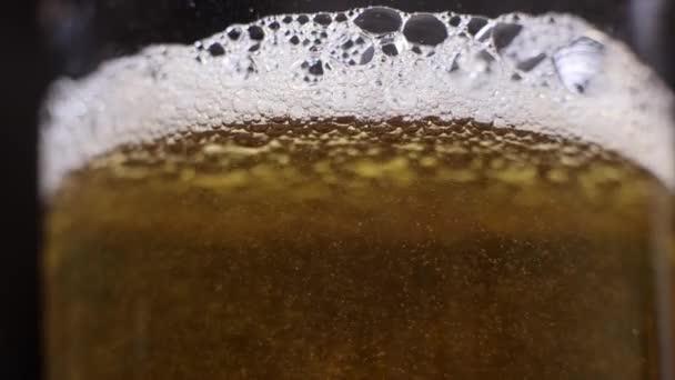 Bier in ein Glas gießen