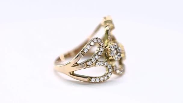Kostbaren Diamantring, die sich vor einem weißen Hintergrund einschalten