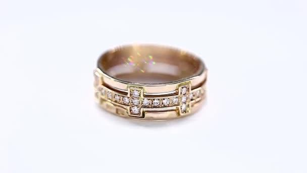Animace rotace zlatý prsten s diamanty v bílém. Bezešvé opakování Hd Video klip
