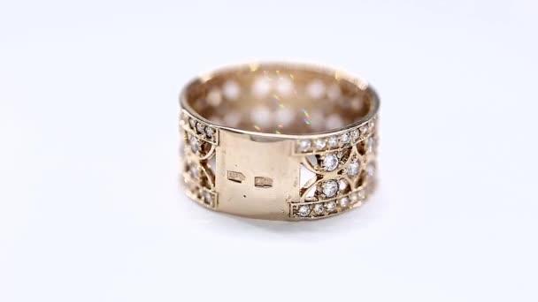Rotující zlatý prsten s diamantem. Closeup
