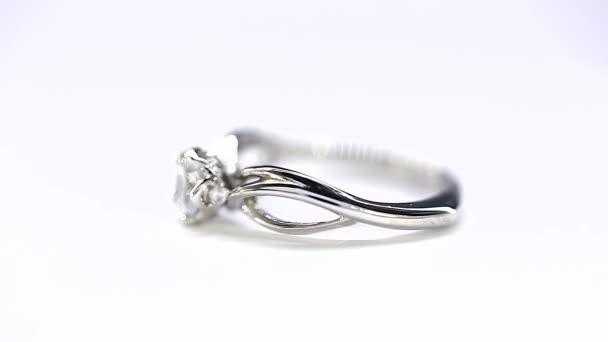 Costoso argento diamante anello girando su se stessi contro una priorità bassa bianca