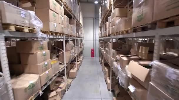 Kamera daruk fel a polcok belső tároló raktár karton dobozok
