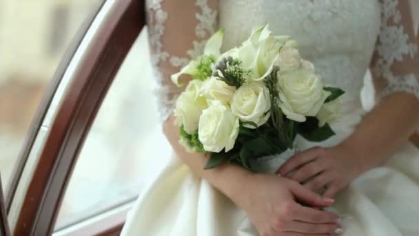 Nevěsta drží její svatební kytice v pomalém pohybu