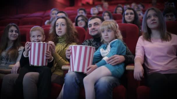 Menschen sehen Film im Kino