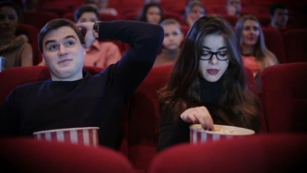 Mann hält Frau bei einem Date im Kino