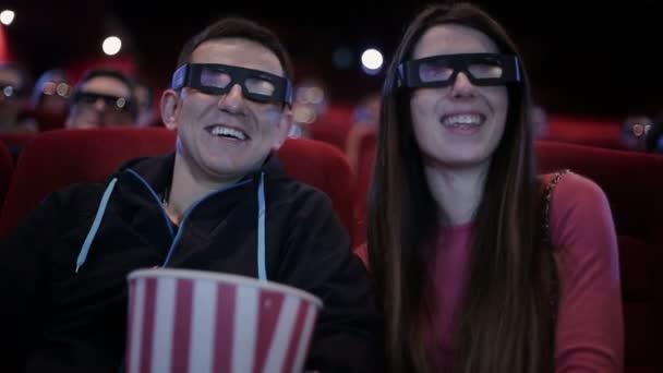 Paar mit 3D-Brille schaut Film im Kino