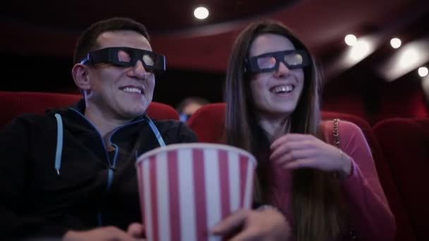 Paar dreht Film im Kino