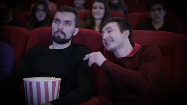Mann redet laut mit Mann im Kino
