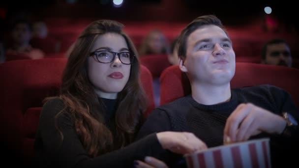 Liebespaar dreht Film im Kino