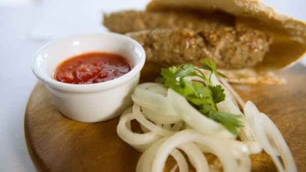 grilované maso s cibulí