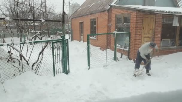 Hólapát férfi takarít utca