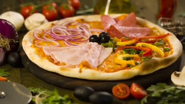 Chutná pizza, a ingredience na pozadí