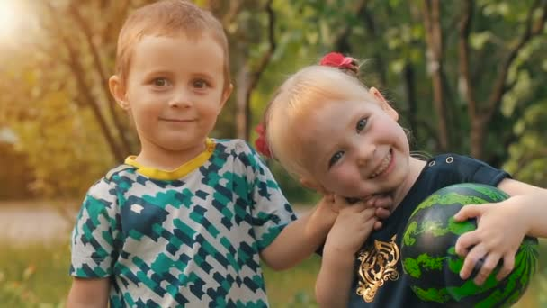 Portrét roztomilý dětí o přírodě