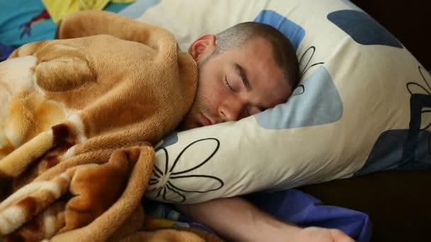 Člověk spí po svítání