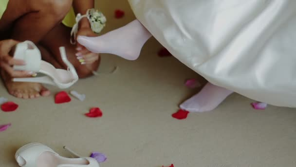 Družička pomáhá nevěstě dal na její boty