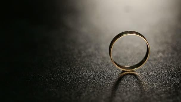snubní prsteny na stole