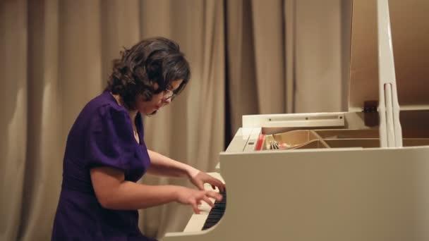 Nő játszani a zongorán