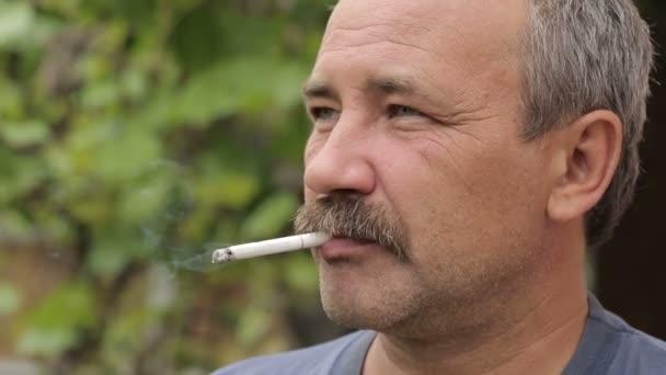 Mann mit Schnurrbart Rauchen 2