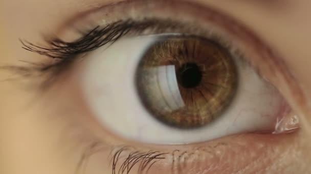 Női szem olvasó