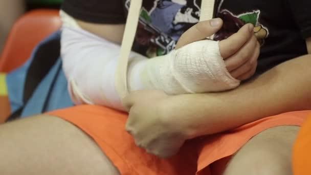 dítě se zlomenou rukou