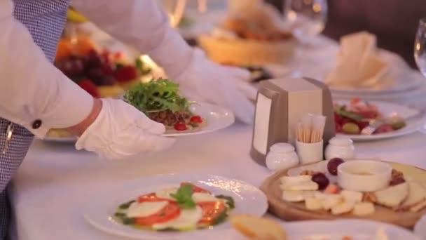 Číšník slouží banket stůl