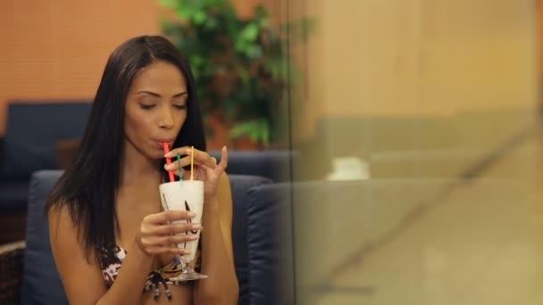 žena pít koktejl