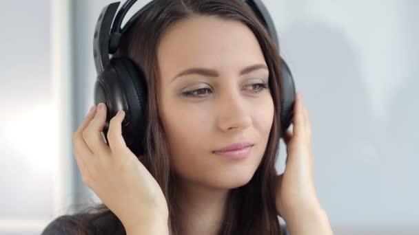 hezká žena v sluchátka
