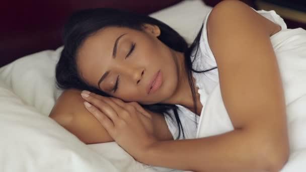 Az ágyban vonzó alvó nő