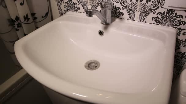 Ucpané umyvadlo v koupelně