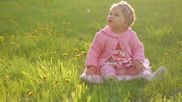 portrét, dítě, které sedí na zelené trávě