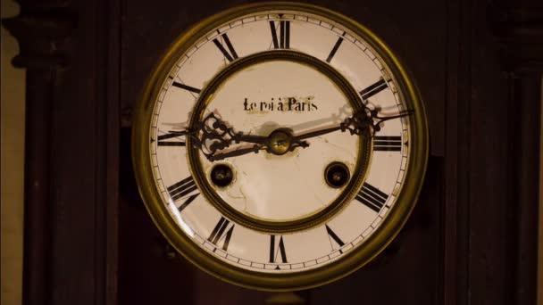 régi óra szembenéz