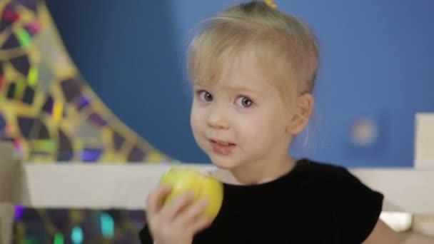 boldog lány étkezési Alma