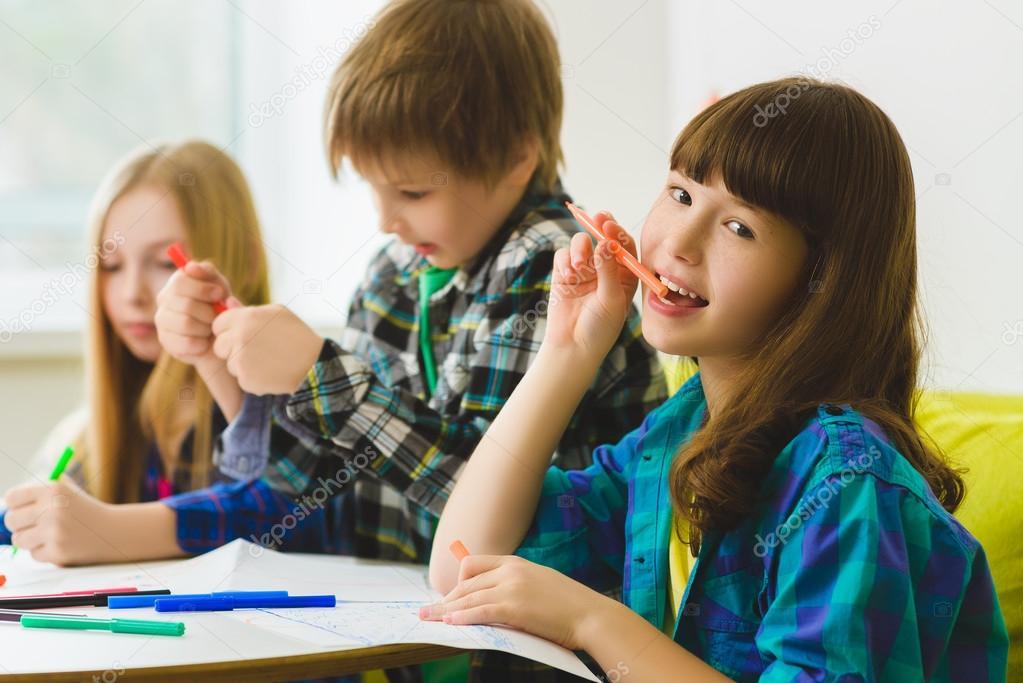 Gelukkig weinig meisjes en jongen afbeeldingen tekenen indoor op