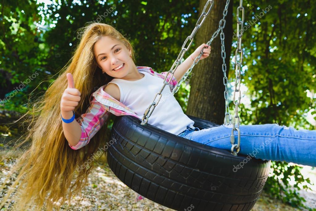 petite fille au terrain de jeux enfant qui joue l ext rieur en t adolescent sur une. Black Bedroom Furniture Sets. Home Design Ideas