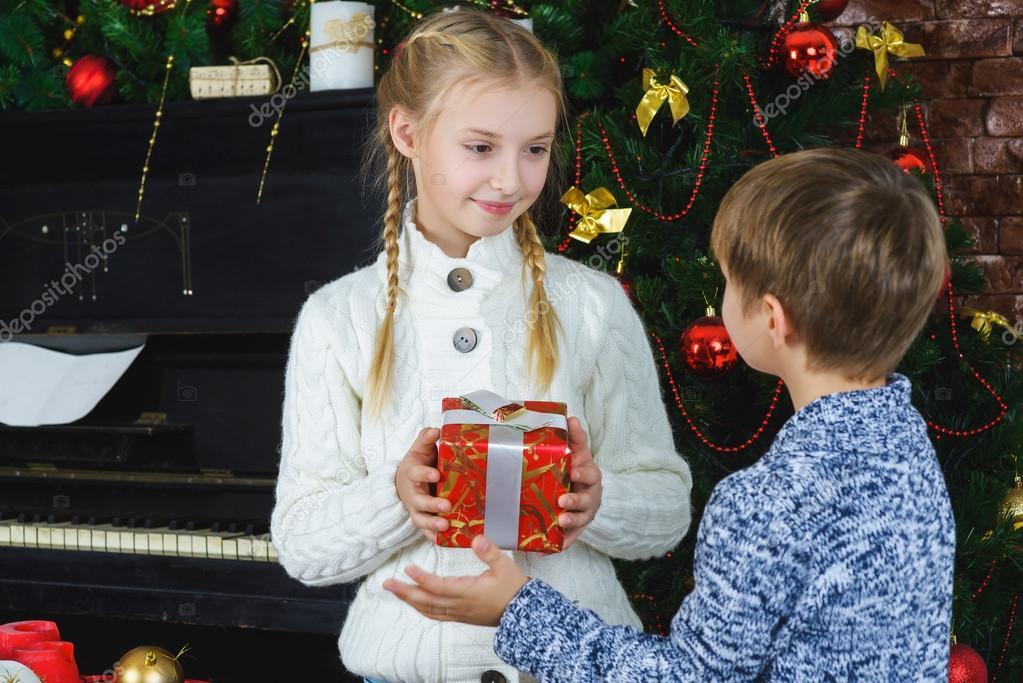 Bruder geht seine Schwester ein Geschenk für Weihnachten oder ...