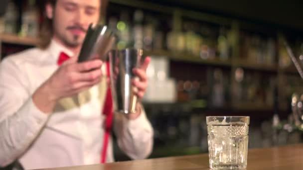 Majdnem kész. Fiatal szakmai csapos szolgálja egy italt a helyi bárban