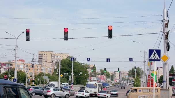 Městský provoz s semafor na křižovatce. Odchozí provoz města. Léto 2016, Stavropol, Rusko