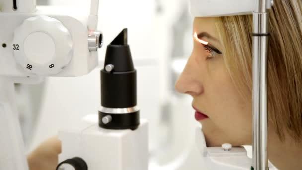 Oční lékař kontroluje Zenske oči