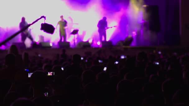 Rockový koncert. Dav. Fáze. Fialová světla