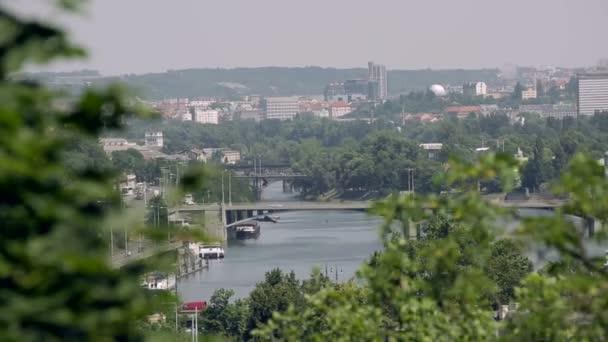 Malebný pohled mosty na řece Vltavě