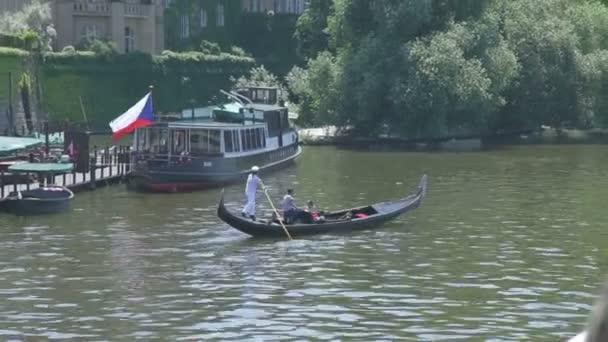 Řeka Vltava s historických lodí v Praze, Czech Republick, červen 2015